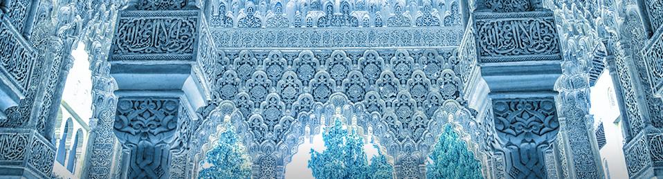 Fotografía en tono azulado de unas columnas y arcos en un patio de la Alhambra