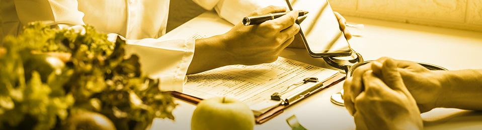 Imagen de una consulta médica donde la doctora señala en un móvil
